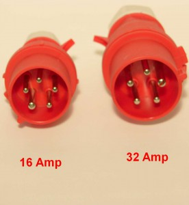 Twee CEE stekkersmet 5 polen naast elkaar. De 16 ampère variant is kleiner dan de 32 ampère versie.