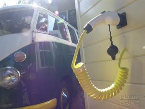 Sfeerimpressie van een laadkabel met op de achtergrond een VW bus uit 1966