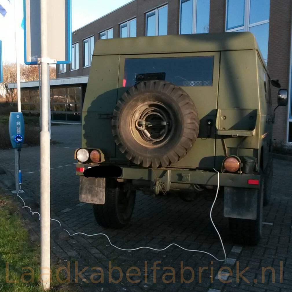 Volvo C303 'Laplander' krijgt stroom van een laadpaal middels een verloop van de Laadkabelfabriek.nl